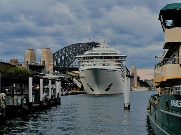 First impression from Sydney - a huuuuuge ship